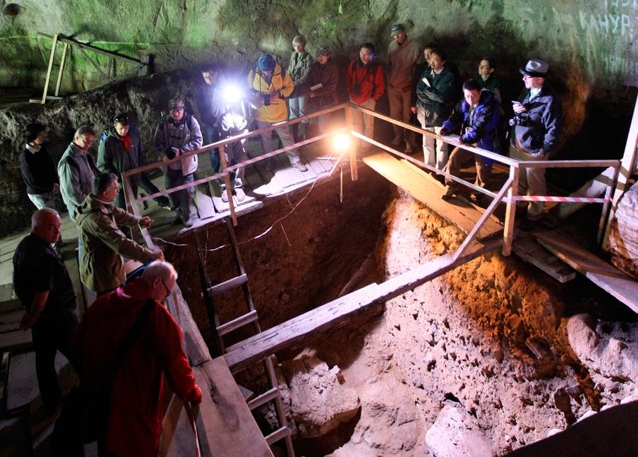 1.14196-C0114180-Denisova_cave_excavation,_Russi